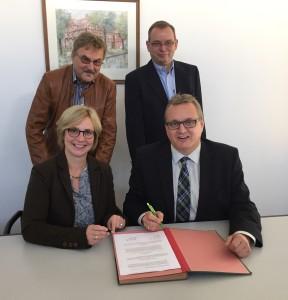 Sitzend v.l. Bürgermeisterin Ulrike Stentzler , Bürgermeister Oliver Mesch stehend v.l. Lothar Burkschat, Jens Hoffmann